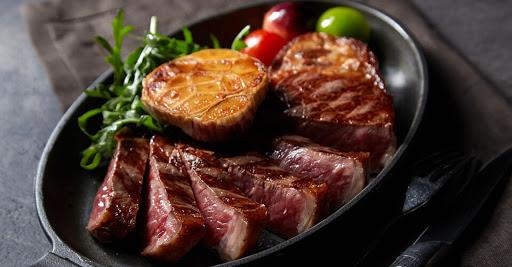 盛裝在鐵盤裡擺盤的高級炭烤牛排